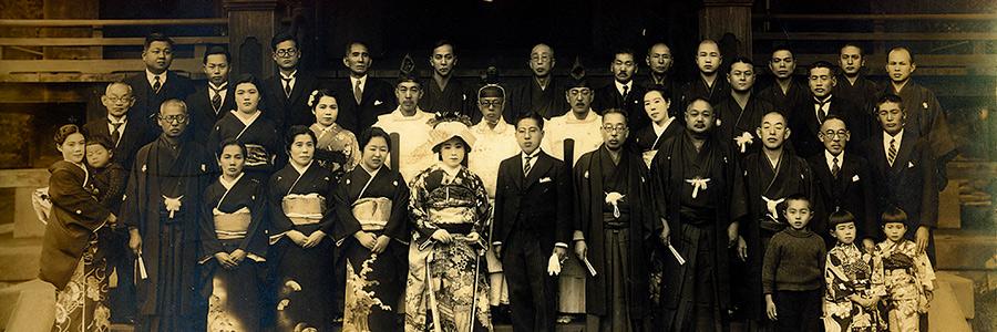 報徳二宮神社 社殿前での婚礼記念写真(昭和初期)